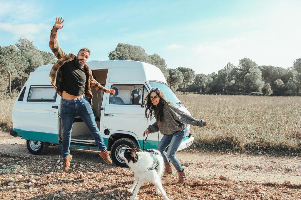 Galaventura con su furgoneta camper Volkswagen T3, cerca de Barcelona