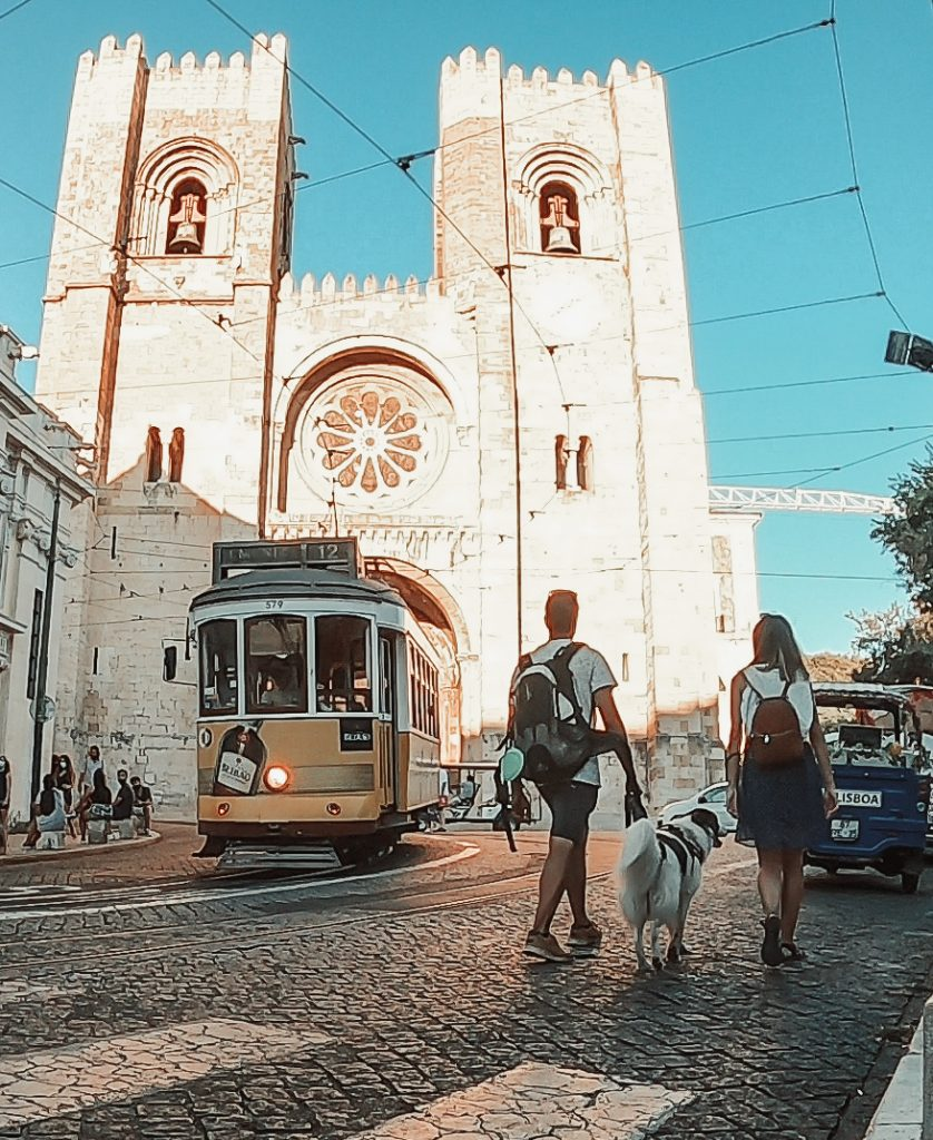 Galaventura y la Catedral de Lisboa, por el barrio de la Alfama, en Lisboa