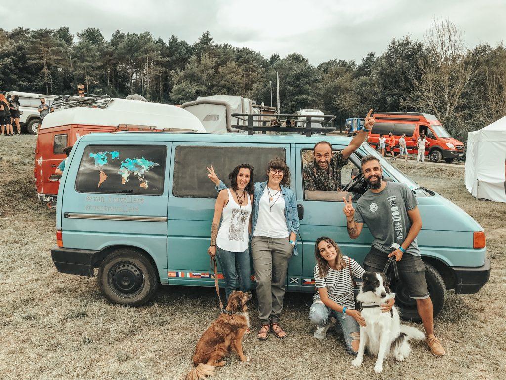 Van travellers y Galaventura en la Meeting Camper con una Volkswagen T4 azul.